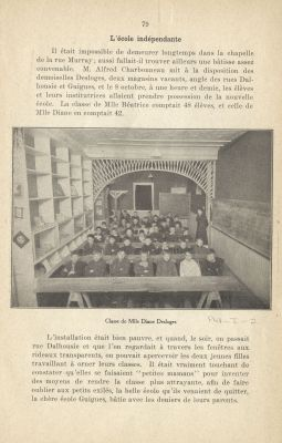 Photographie en noir et blanc d'une institutrice et d'une quarantaine de jeunes garçons assis en six rangées dans une salle de classe étroite et rudimentaire. La photographie provient d'un ouvrage et se trouve au centre d'une page de texte imprimé en français.