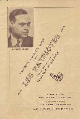 Programme d'une pièce de théâtre imprimé, en français. Dans le coin gauche de la page couverture, une photo en noir et blanc d'un homme d'âge moyen en costume et cravate, vu de trois quarts. Figurent aussi le titre de la pièce, l'auteur du texte, le metteur en scène, le producteur, le lieu et les dates des représentations. Le reste du programme inclut un résumé de la pièce en trois actes et la distribution.