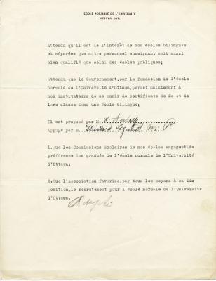 Résolution dactylographiée, en français, sur papier à en-tête de l'École normale de l'Université d'Ottawa. Les signatures du proposant et de l'appuyant de la résolution ont été ajoutées à des endroits réservés à cette fin. Le mot « adopté » a été écrit à la main à la fin du document.