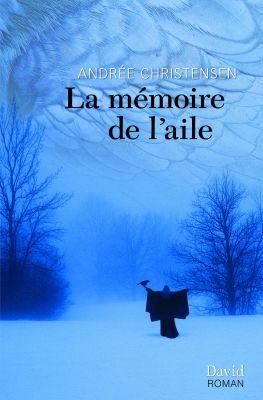 Page couverture d'un imprimé, en français. Sur fond  bleu, image d'une jeune femme  vêtue d'un vêtement ample, de dos, les bras en croix. Un  corbeau est perché sur sa main gauche.  À la lisière d'une forêt, en hiver. Les plumes de l'aile d'un oiseau font office de couvert nuageux. Le titre du roman et le nom de son auteur figurent en haut de la page.