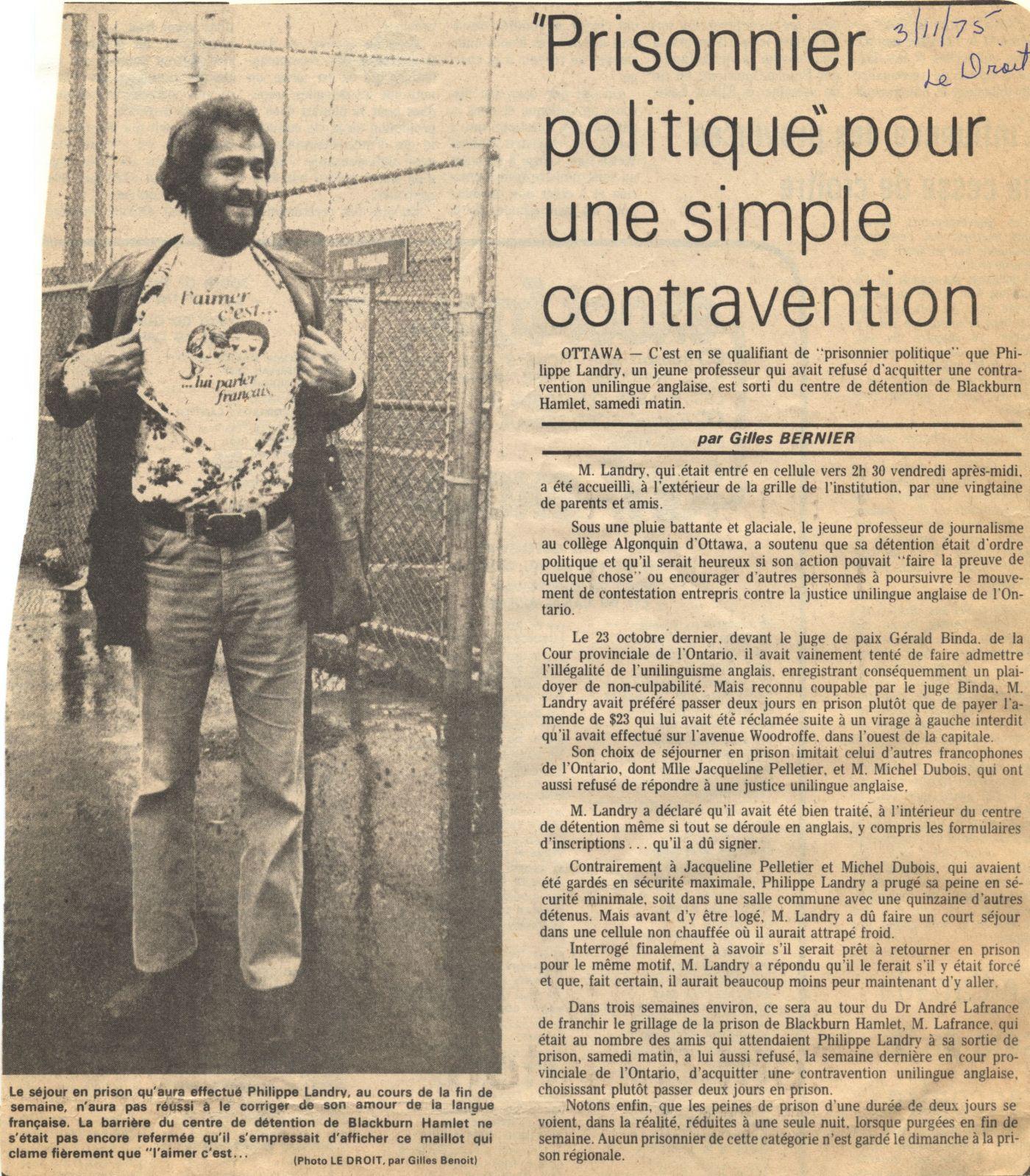 Article de journal rédigé en français, avec la source et la date inscrites à la main à l'encre bleue. L'article est accompagné d'une photographie en noir et blanc d'un jeune homme barbu dévoilant un tee-shirt sur lequel on lit : « L'aimer c'est… lui parler français ». À l'arrière-plan, un grillage et un panneau affichant la directive « NO PARKING ».
