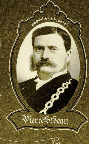 Photographie prise dans un studio, en noir et blanc, d'un homme à moustache portant la chaîne de fonction du maire. Des dates sont écrites à la main au-dessus de la photographie; le nom du sujet apparaît au bas de la photographie. La photographie, de forme ovale, est entourée d'un cadre décoratif.