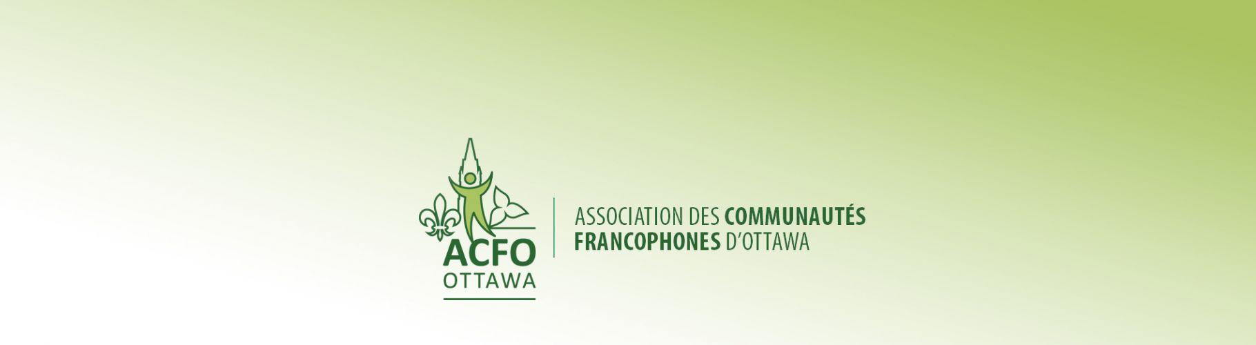 Illustration en vert qui regroupe en son centre la tour de la Paix du Parlement canadien, à sa gauche la fleur de lys et à sa droite le trillium ; devant la tour se trouve un bonhomme bicolore (vert et vert pale). L'acronyme ACFO Ottawa est inscrit en vert en dessous du logo, dont il est séparé par une ligne horizontale verte; à sa droite et séparé par une ligne verticale se trouve le nom au complet de l'organisme.