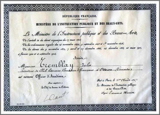Photographie en couleur d'un document calligraphié en français. Le document porte les signatures du chef du bureau du Cabinet et d'Édouard Herriot, ministre de l'Instruction publique et des Beaux-Arts. Il porte aussi le sceau du ministère de l'Instruction publique et des Beaux-Arts.