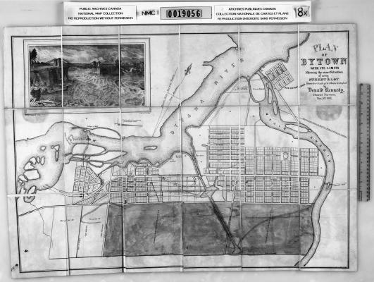 Plan en noir et blanc du tracé des rues et du réseau hydrologique. Le texte, dactylographié en anglais, comprend le nom de l'arpenteur. Le plan est accompagné d'une image en noir et blanc d'un pont surplombant une rivière.