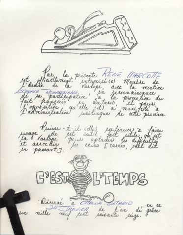 Document imprimé en noir et blanc, en français. En haut, un dessin d'une varlope, suivi d'un texte rédigé en caractères de type manuscrit, recoupé d'insertions à la main. Le logo de l'organisme représentant un prisonnier, boulet au pied, figure au bas de la page.